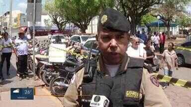 Homem é preso enquanto tentava assaltar Correios em Montes Claros - Agente penitenciário que estava na agência agiu para impedir a ação dos criminosos. PM à paisana conseguiu fazer a prisão do assaltante.