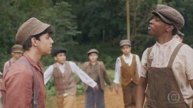 Alfredo briga na rua com Tião - Lola chama os filhos para ler a carta da avó deles e descobre que Alfredo não está em casa