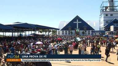 Peregrinos andam de Cambé a Bandeirantes para chegar ao Santuário de São Miguel Arcanjo - Segundo a organização, mais de 42 mil pessoas participaram das homenagens no Santuário, que ficou com o estacionamento lotado.
