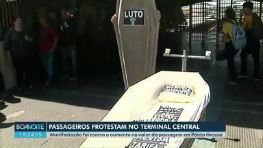 Passageiros colocam caixão em frente ao Terminal Central e protestam contra reajuste - Faz dez dias que o valor da tarifa subiu em Ponta Grossa.