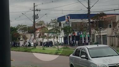 Clientes e funcionários de banco são obrigados a fazer escudo humano durante assalto - Nove assaltantes estão foragidos e um morreu em confronto com a polícia em assalto a banco em Curitiba.