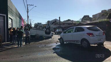 Camionete tomba no Centro de Guarapuava depois de acidente - Segundo o Corpo de Bombeiros, três pessoas ficaram feridas no acidente.