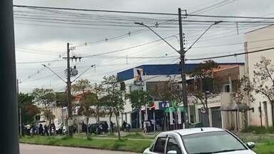 Polícia procura por assaltantes que roubaram banco no Tatuquara - Clientes e funcionários da Caixa Econômica Federal foram feitos reféns pelos bandidos. Um assaltante foi morto durante uma troca de tiros com a polícia.