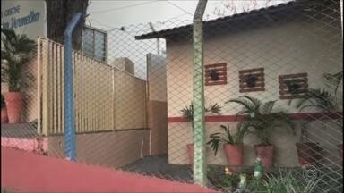 Homem invade creche com machado em Marília - Funcionários de uma creche do bairro Fragata, em Marília, levaram um susto nesta segunda-feira depois que um homem com um machado invadiu a escola e se escondeu no banheiro. Os alunos já tinham deixado a creche e o homem foi preso. Ninguém se feriu