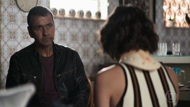 Jô pede abrigo a Amadeu - Em conversa com Maria da Paz, advogado descobre mentira da filha