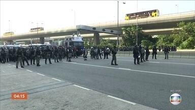 Manifestantes e policiais entram em confronto em Hong Kong - Protestos pedem mais liberdade na China, que comemora 70 anos como República Popular.