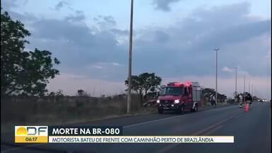 Acidente grave na BR-080 deixa uma pessoa morta - A vítima dirigia um carro, que bateu de frente com um caminhão. O acidente foi no quilômetro 7 da rodovia.