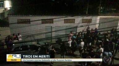 Um homem morreu baleado e três ficaram feridos em São João de Meriti - Testemunhas dizem que disparos partiram de um carro e vítimas foram atingidas enquanto estavam sentadas no meio-fio. Crime aconteceu noa rua Carlos Sodré, no bairro Agostinho Porto.