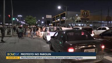 Moradores do Parolin fazem protesto e bloqueiam trecho da Linha Verde - Eles pediram que morte de jovens no fim de semana em suposto confronto policial sejam investigadas.