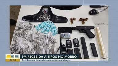 Dupla é presa com drogas, arma e munições em Vitória - Jovens, ambos de 25 anos, foram abordados por uma equipe da Polícia Militar no Morro do Cruzamento. Produtos estavam com os suspeitos.