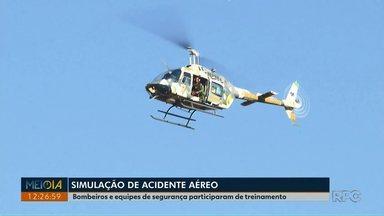 Corpo de Bombeiros participa de treinamento para acidentes aéreos em Londrina - Equipes de segurança também participaram da simulação.