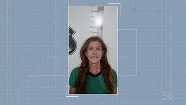Mulher trans é presa suspeita de causar morte de cliente após aplicar silicone, em Goiás - Segundo polícia, Ana Beatriz Miranda, de 48 anos, injetou o produto na vítima durante um procedimento estético em Ipameri. Ela foi detida em Caldas Novas em cumprimento ao mandado por homicídio culposo.