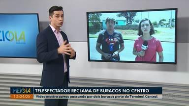 Telespectador reclama de buracos no Centro de Ponta Grossa - Vídeo mostra carros passando por dois buracos perto do Terminal Central.