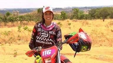 Motociclista goiana se destaca em modalidade de enduro - Primeira mulher a integrar uma equipe de enduro no Brasil, Bárbara Neves representará o país em campeonato internacional.