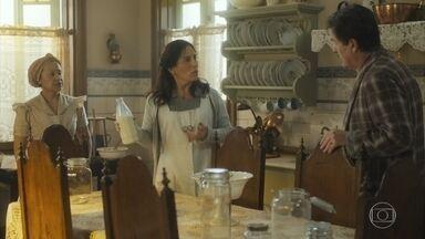 Júlio encontra Lola nervosa na cozinha conversando com Durvalina - Lola mente para Júlio