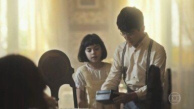 Isabel abre seu cofrinho para ajudar nas despesas da casa - Alfredo sai de casa, às escondidas, levando um caixa
