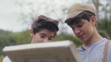 Alfredo e Lúcio capturam um sapo - Lúcio se preocupa em levar bronca da mãe por ter sujado a roupa