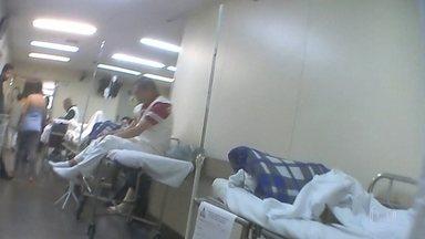 Descaso e mau atendimento no hospital Cármino Caricchio, no Tatuapé - Pacientes estão internados em cadeiras na recepção e em macas nos corredores