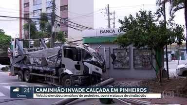 Caminhão invade calçada em Pinheiros - Veículo derrubou semáforo de pedestre, poste e placas de sinalização.
