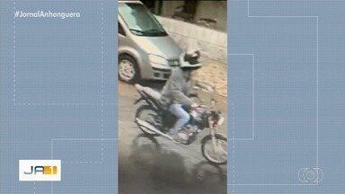 Vídeo mostra homem furtando moto, em Goiânia - Ele chegou de carro, desceu com um capacete na mão e fugiu levando o veículo.