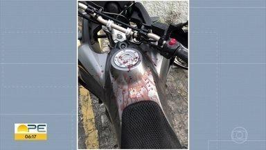 Mesmo com capacete, motociclista tem rosto ferido por linha com cerol - Utilizar cerol é proibido por lei, mas tem gente que segue utilizando.
