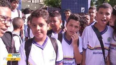 Fardamento é entregue a alunos de escolas públicas do Recife - Falta de fardas para os estudantes persiste em outras cidades, como Olinda.