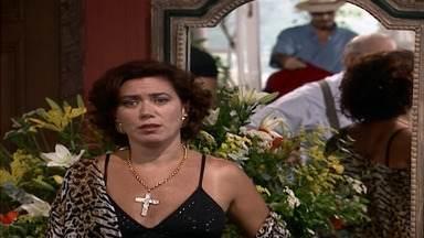 Capítulo de 16/03/2001 - Carlos ameaça Santiago. Vanessa quer saber se Tony pretende se casar com ela. Carlota aconselha Vanessa a fingir que está grávida.