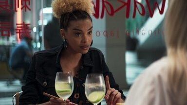 Sílvia conta para Kim o que aconteceu na loja - A agente fica pasma ao descobrir que Jô está trabalhando como vendedora