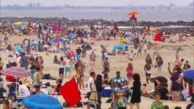 No verão, praia de Rockaway vira destino dos nova-iorquinos - No verão, praia de Rockaway vira destino dos nova-iorquinosLocal fica a 50 minutos de barco de Manhattan e só funciona nos meses de verão. Jorge Pontual mostra viagem e até se aventura em uma aula de surfe.