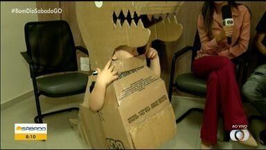 Goiano faz com papelão fantasia de dinossauro para o enteado e bomba na web - Gravação foi colocada nas redes e já teve milhares de comentários e republicações. Cena é flagra de momento espontâneo entre um músico e o filho da namorada dele, em Rio Verde.