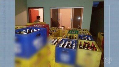 Trio é preso suspeito de vender cervejas falsificadas, em Rio Verde - Segundo a polícia, homens trocavam os rótulos de cervejas mais baratas por caras.