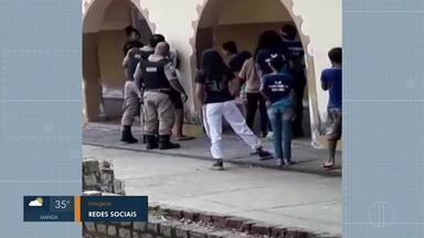 Policial Militar aborda aluno dentro de escola e é filmado agredindo o adolescente - Outros alunos da escola comentaram nas redes sociais que a vítima estava conversando com um colega quando foi abordado.