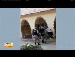 Vídeo mostra policial agredindo estudante dentro de escola em Almenara - O aluno estava conversando com os colegas, quando foi abordado e agredido com chutes nas pernas. Segundo a PM, o militar foi temporariamente afastado do cargo, até a conclusão do inquérito.