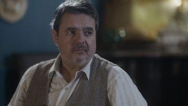 Afonso tenta consolar a esposa, que sofre por causa da filha - Ele diz que ela precisa deixar o passado para trás