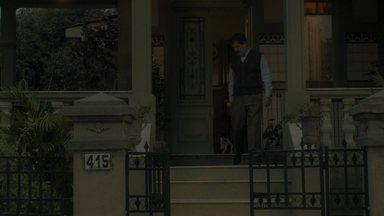 Júlio prende o cachorro do lado de fora da casa - Julinho vai atrás do animal e fica na mira do bonde