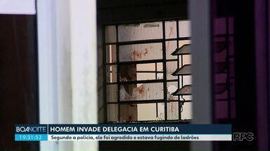 Homem invade delegacia em Curitiba - Segundo a polícia, ele foi agredido e estava fugindo de ladrões.