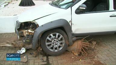 Dois carros batem após um dos veículos furar o sinal, segundo a PM - Batida foi no centro de Guarapuava