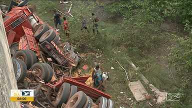 Caminhão cai de ponte em São Luís e motorista fica preso às ferragens - Acidente foi na madrugada de domingo (6) na Ponte Marcelino Machado, que dá acesso à capital.