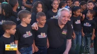 Pianista João Carlos Martins reúne orquestras de música clássica no Centro do Recife - Apresentação ocorreu no Cais da Alfândega.