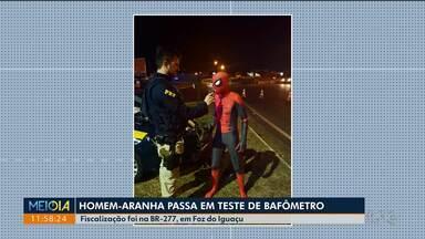 Homem com roupa de super-herói passa por teste do bafômetro - Fiscalização foi na BR-277, em Foz do Iguaçu.