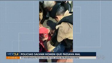 Policiais salvam homem que passava mal perto da Rodoferroviária - Eles prestaram os primeiros socorros até a chegada da ambulância.