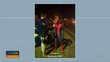 Homem-aranha faz teste do bafômetro na BR-277 - O homem é animador de festas e voltava do trabalho quando foi abordado pelas equipes policiais na região de Foz do Iguaçu.