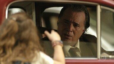 Rita sai correndo para avisar Genésio sobre plano de Carminha - Mas ele não acredita na filha