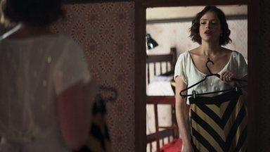 Josiane se arruma para seu novo emprego - Ela conta para Carmelinda que conseguiu emprego em um restaurante