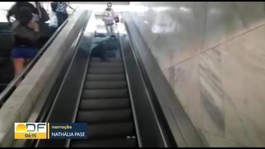 Homem se arrasta para conseguir subir até plataforma superior da Rodoviária do Plano - A reportagem esteve no local e flagrou apenas uma escada rolante funcionando no local.