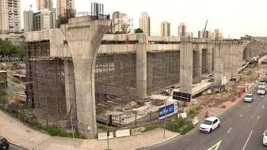 Estado pegou um empréstimo bilionário para terminar as obras da linha 17-ouro - A obra começou em 2012. Era para estar pronta desde a Copa do Mundo de 2014. Ligaria o aeroporto ao Estádio do Morumbi de um lado e à estação Jabaquara da linha 1-azul de outro.