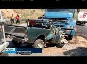 Batida entre carro e caminhão deixa um morto em Governador Valadares - Motorista do carro morreu e ficou preso às ferragens.