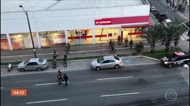 Criminosos invadem banco em SC e fazem reféns - Crime aconteceu na tarde de terça-feira (8), em Balneário Camboriú. Assaltantes fugiram sem levar dinheiro. Reféns foram liberados e não sofreram ferimentos.