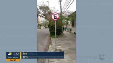 Placa no bairro Menino Deus, em Porto Alegre, é consertada - Assista ao vídeo.