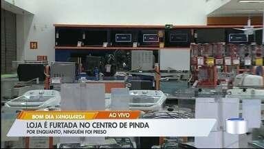 Loja de departamento é furtada no centro de Pinda - Porta do estabelecimento foi arrombada.